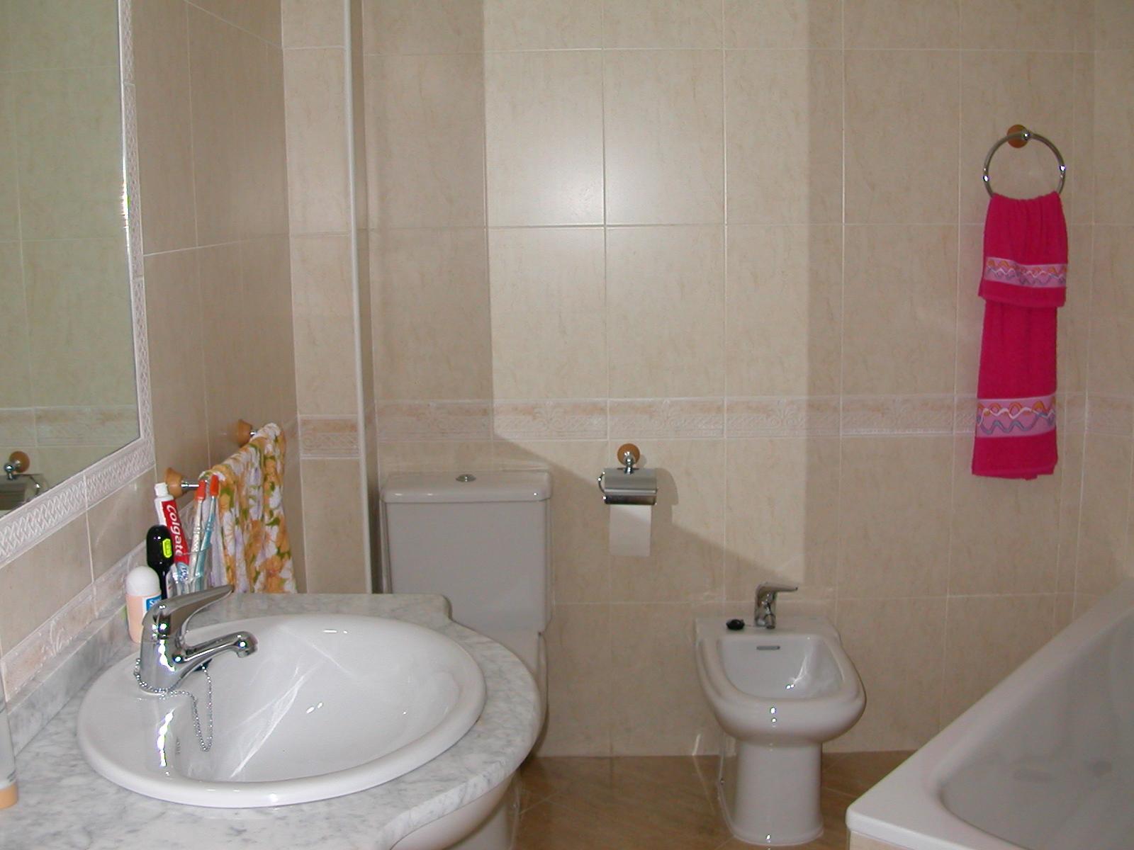 Accesorios De Baño Colocados: de matrimonio de 5'15 m2Ambos cuartos de baño tienen los accesorios